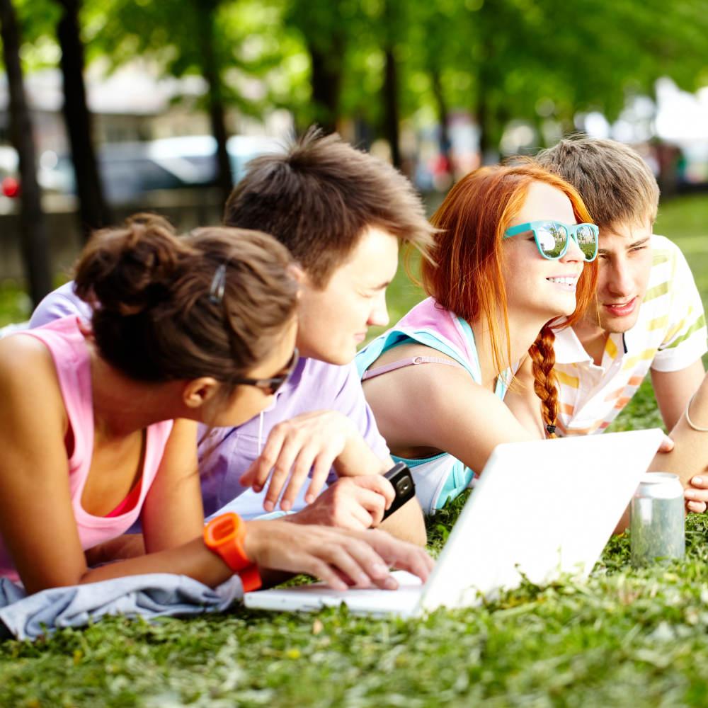 картинки молодежь в парке вал тремя